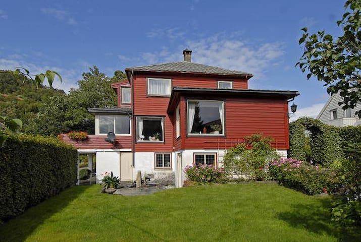 Stort og koselig hus i Arna. 17,3 km fra Bergen - Bergen - Huis