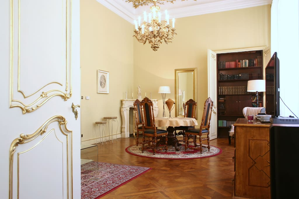 Heart of the old town royal suite appartamenti in for Suite suocera in affitto vicino a me