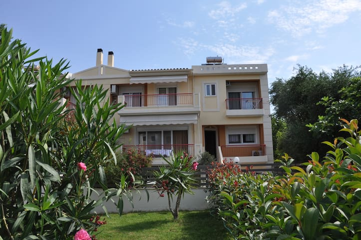 Дом в150м от моря с эвкалиптами - Achaea, Patras, Rio, Kastellokampos - House