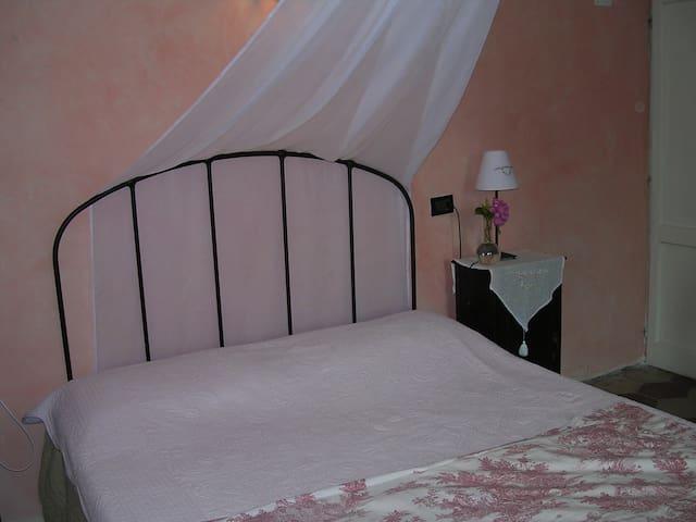 La casa tra le vigne - stanza rosa - Gavi - บ้าน