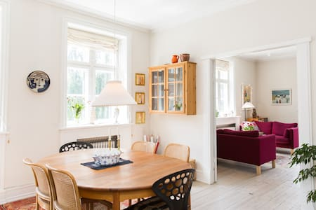 Lovely bright apartment with four rooms and a large terrace for rent near Hellerup Station, just 30 minutes by train from Copenhagen Airport and ten minutes from City Hall and Deer Park.