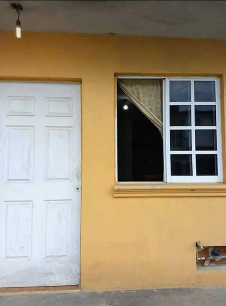 Habitación cómoda puerta calle