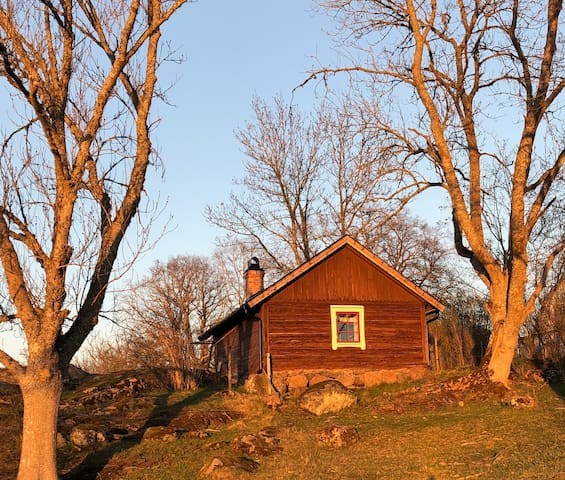 Nyrenoverad liten stuga med fantastisk utsikt.