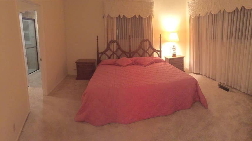 Master room with private restroom - Castro Valley