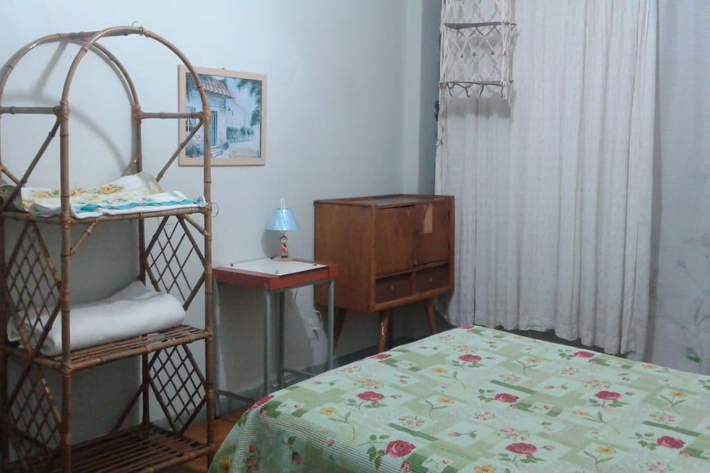 Espaço para guardar seus pertences. Roupa de cama e de banho limpas e cheirosas.