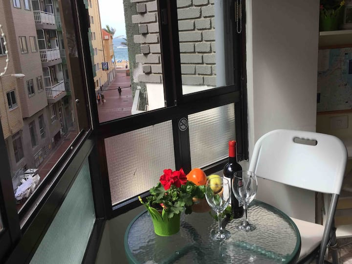 Studio for two, one block from Las Canteras. Wifi.