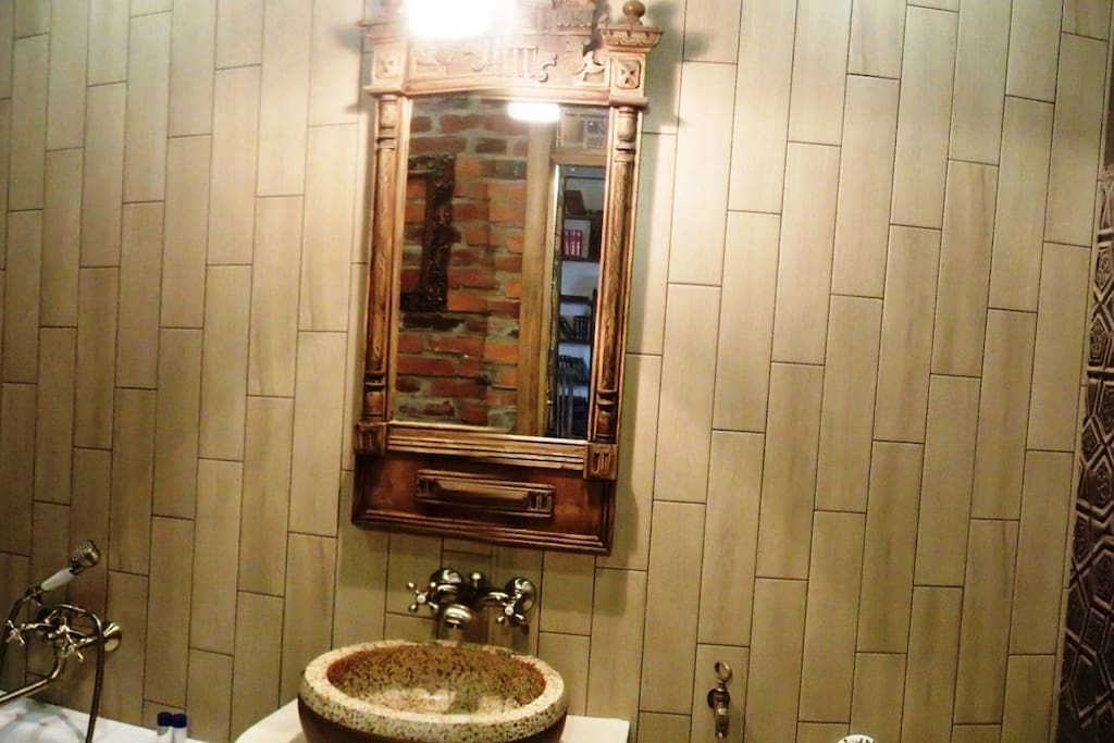 Реставрированное зеркало в ванной
