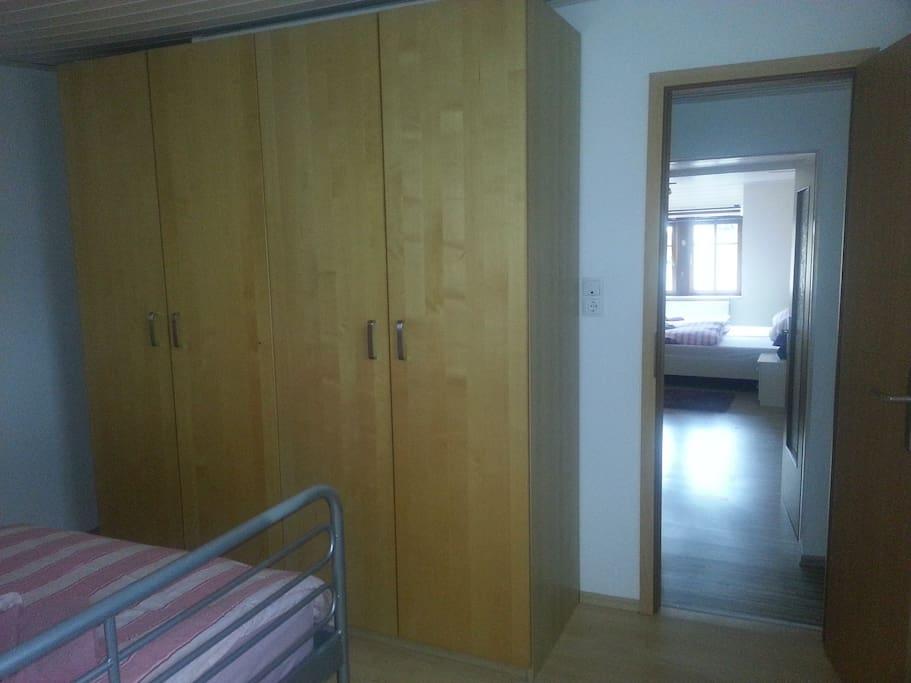 Kleines Schlafzimmer mit frz. Doppelbett im OG