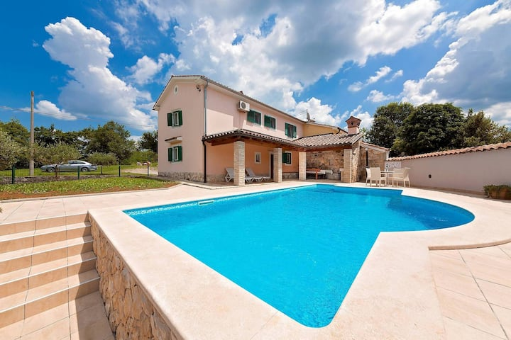 Charming house Tone with pool in quiet location