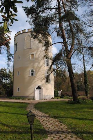 Tour Médiévale  - Châteaufort - House