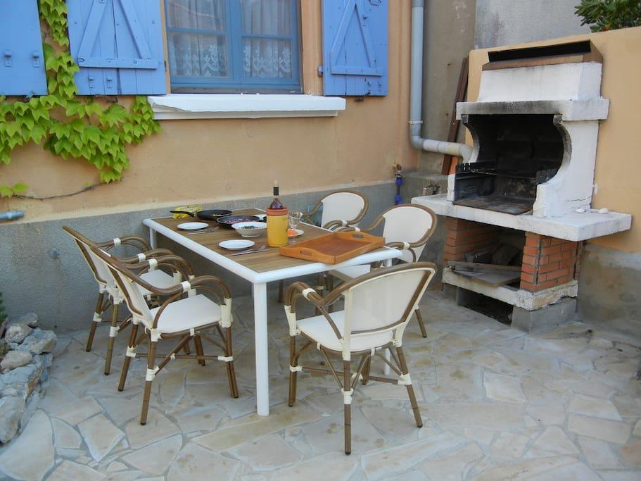 Gartenmöbel, gemauerter Barbecue