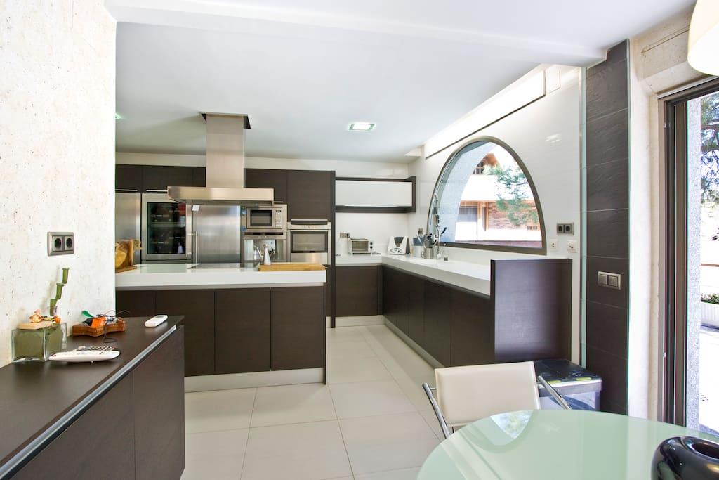 Amplia y moderna cocina