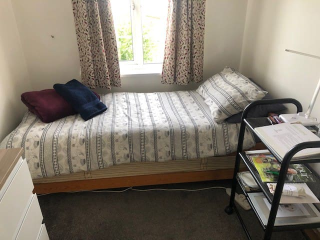Single room near Heathrow airport and London links