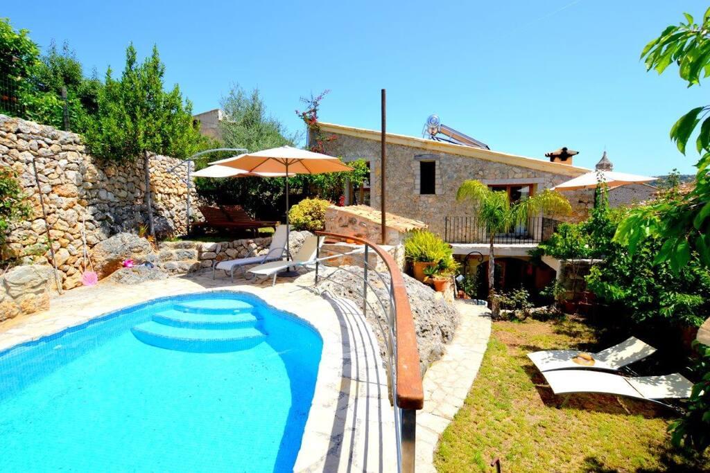 Casa típica mallorquina reformada con piscina, jardín y patio interior privados