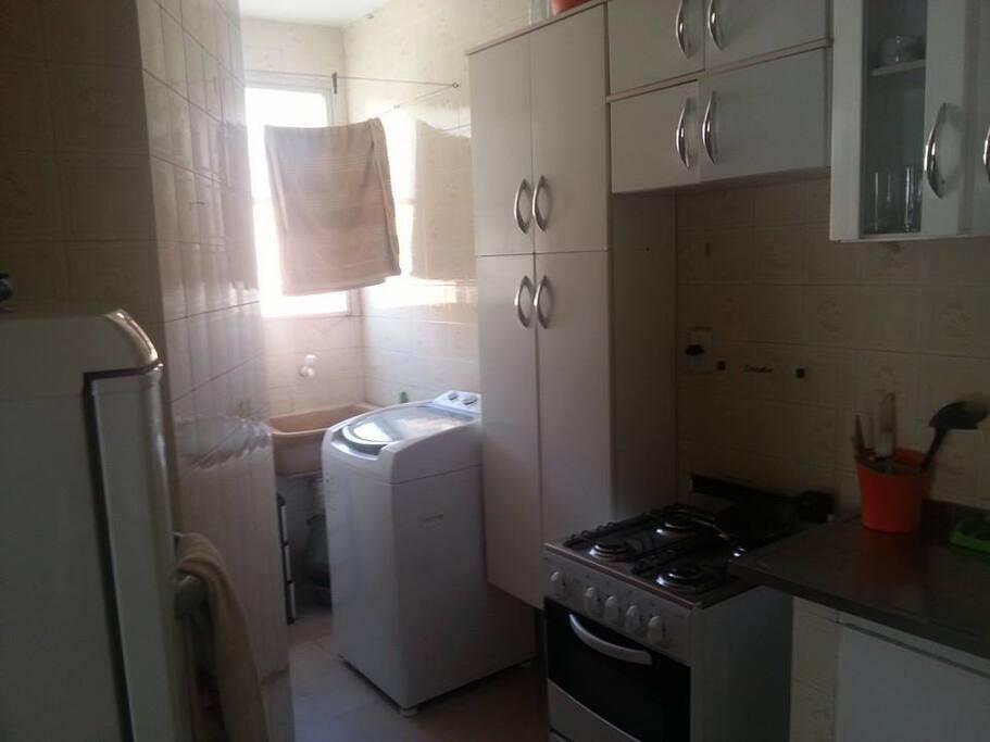 Cozinha Equipada com  Fogão, geladeira, maquina de lavar.