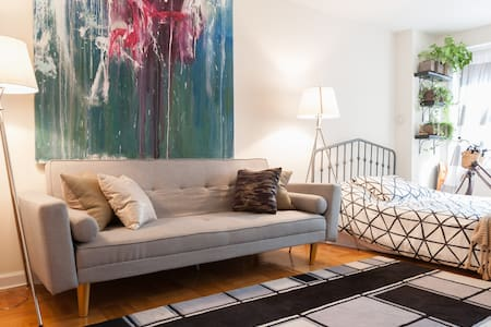 Spacious Modern Studio with Times Square View - New York