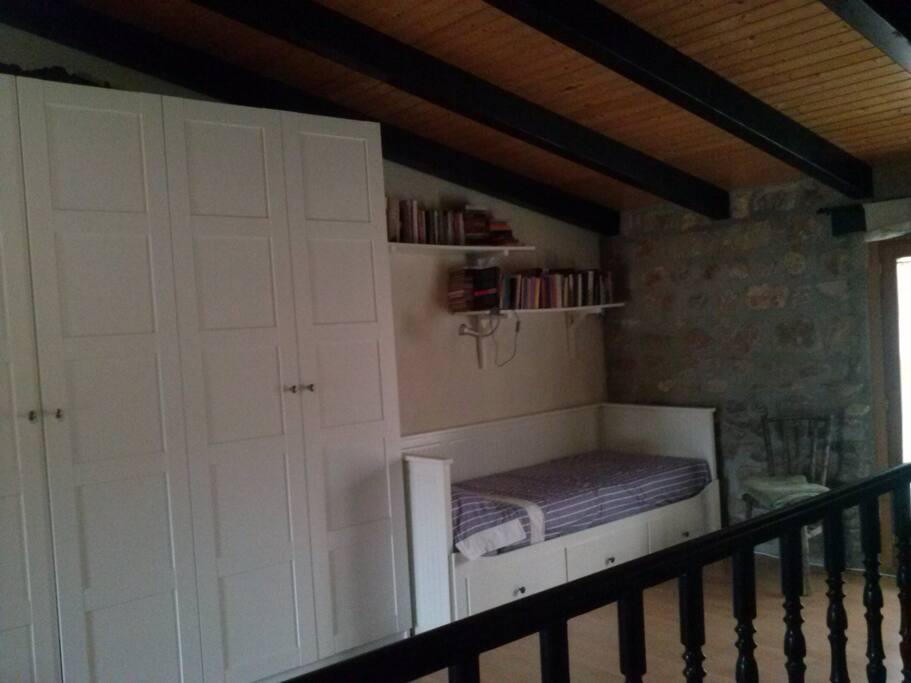Amplio armario y cama individual que se hace doble.