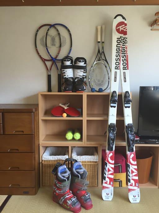 スキーのボードと靴、テニスのラケットとボール、卓球のラケット・ボール、スカッシュのラケット・ボールなどのスポーツ用品を置いてあります。マンションの中にスカッシュコートと卓球台を無料にご利用いただけます。