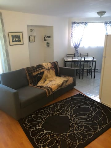 Quiet&Humble 1BR Condo. 20 mins to/from Airport