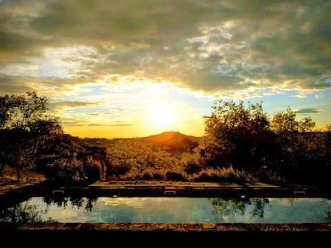 Solopgang og solnedgang i et hjem i Toscana med pool