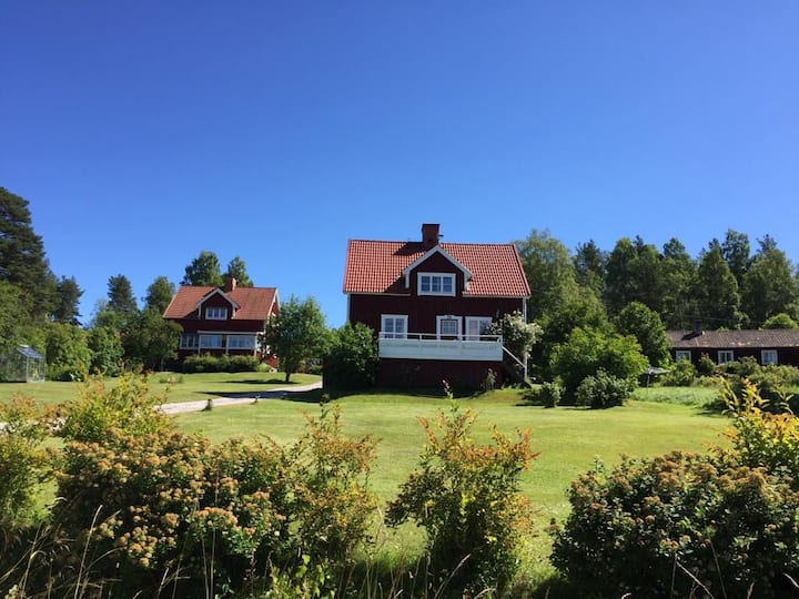 Fräsch åretruntbostad med fritt läge nära Leksand!