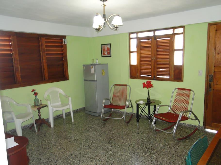 Sala espaciosa y Minibar