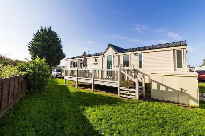 Luxury 6 berth caravan to hire by Heacham beach in Norfolk ref 21056C