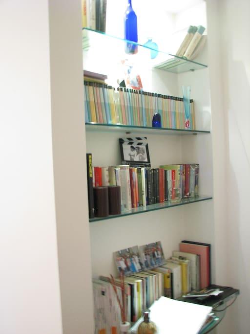 La libreria  di fronte al divano