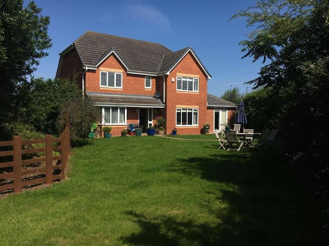 Cleveland Way spacious en-suite double onto garden