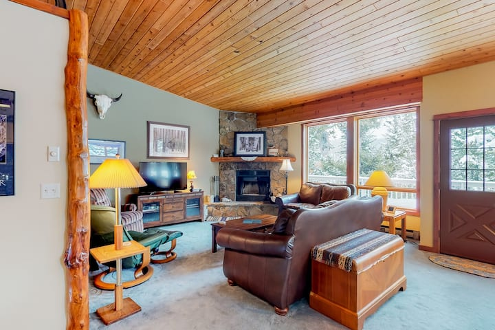Spacious condo w/ private hot tub & a community pool, on 40 acres