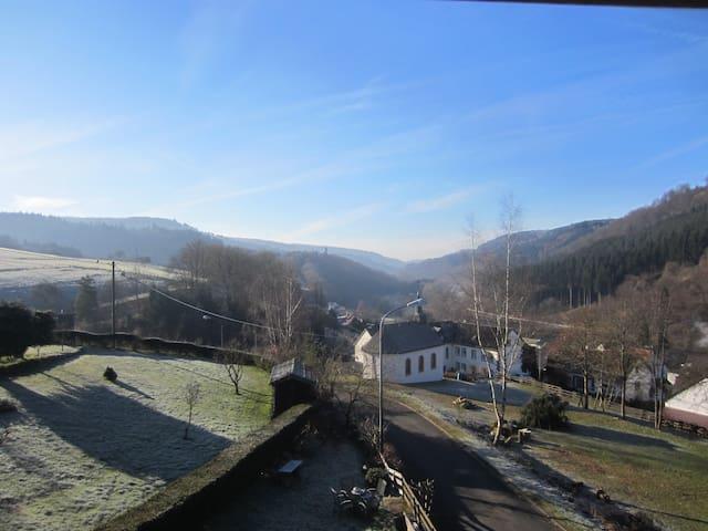 Eifel Bed & Breakfast met uitzicht - Zendscheid - Aamiaismajoitus