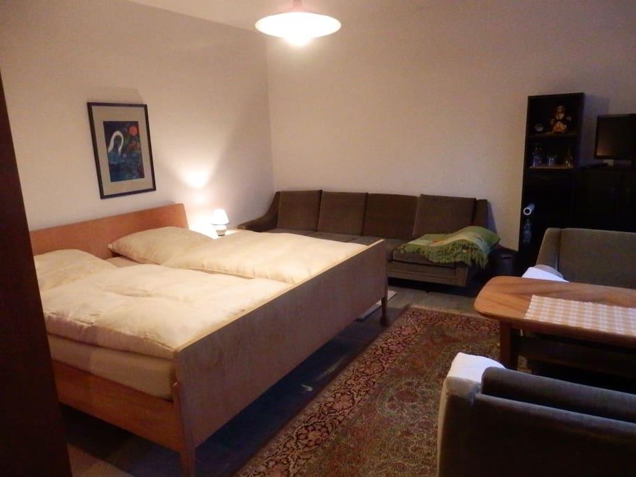 Doppelzimmer mit Couch und Sitzecke