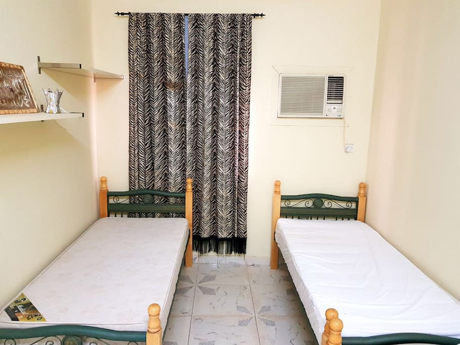 Bedroom 2 with 3 beds غرفة رقم ٢ ويوجد فيها ٣ أسرة