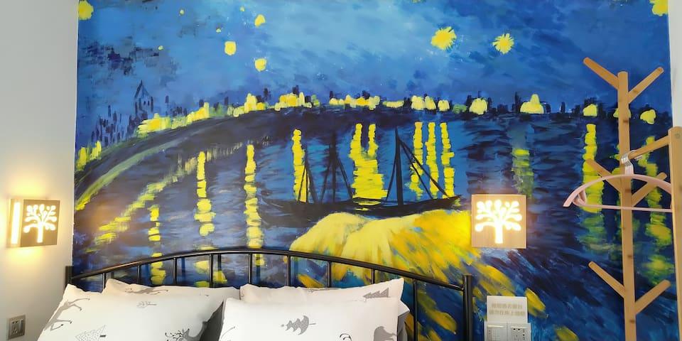 床头的背景墙是梵高的《罗纳河畔》