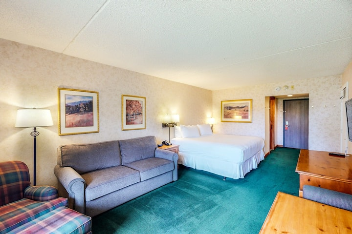 Ski-in/out, 2nd-floor room w/ mountain views, WiFi & shared hot tub, pool, gym!