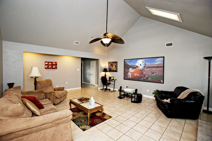 Entertain & relax! 25 mins from Dallas. Sleeps 8+