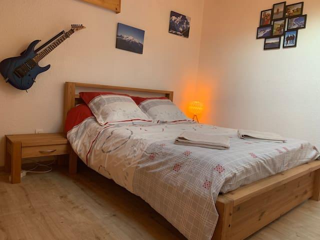 Chambre avec un lit double 140*190 cm