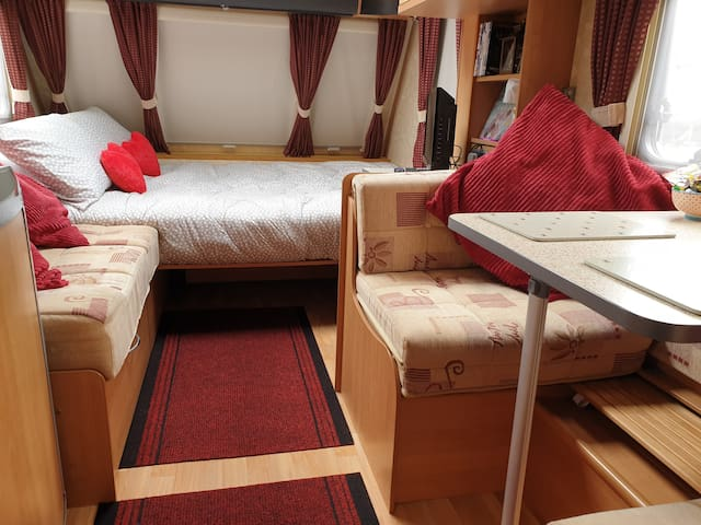 Closest B&B to Gatwick 10 min walk Entire space RV