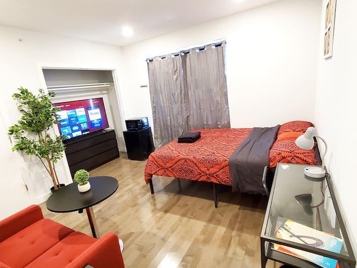 *NEW* Bed& Breakfast Luxury Suite. EZ Parking (B2)
