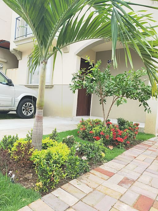 Jardín y parqueo para vehículo