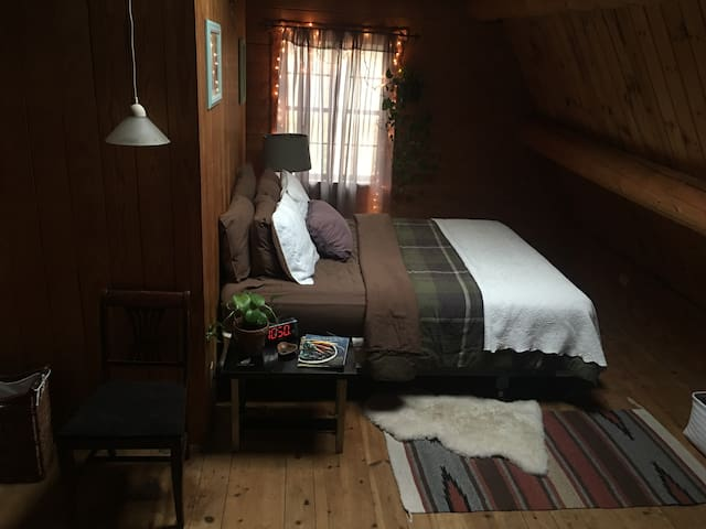 Cabin in the woods! Private room :) - Rehoboth - กระท่อม