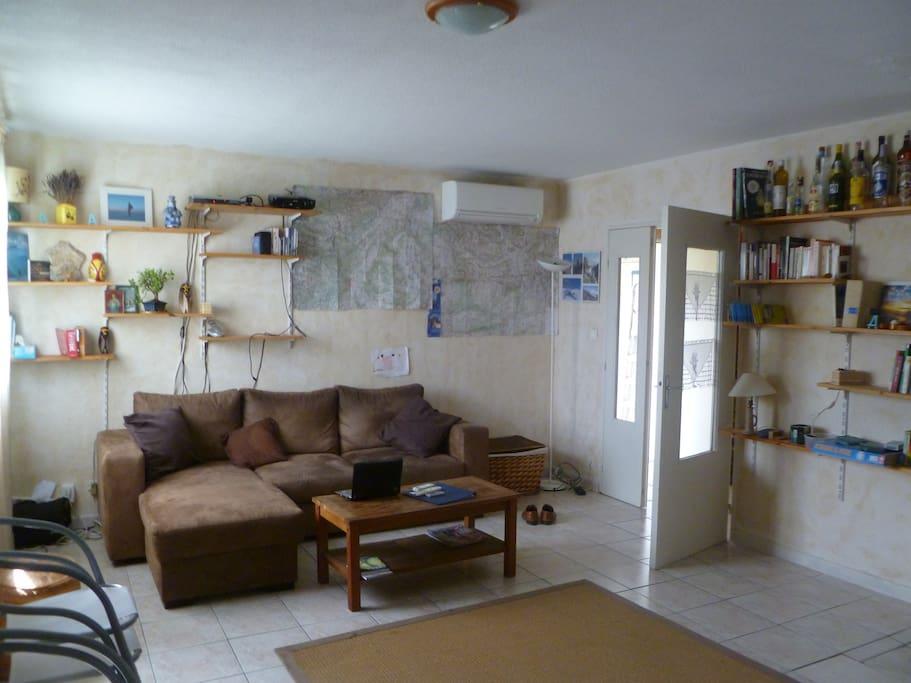 Le salon (vidéoprojecteur et climatisation)