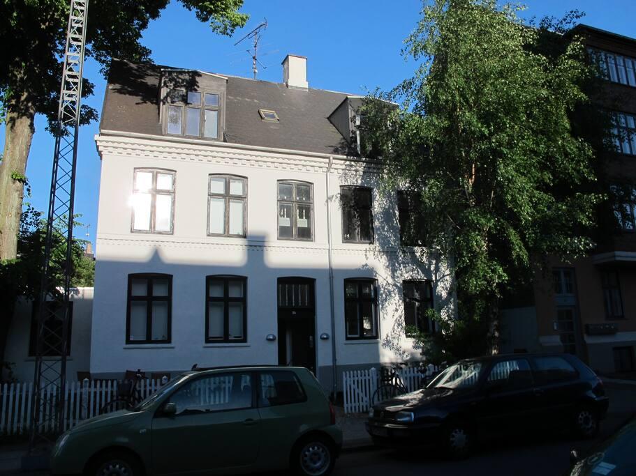 Et lille charmerende byhus med kun 3 lejligheder.