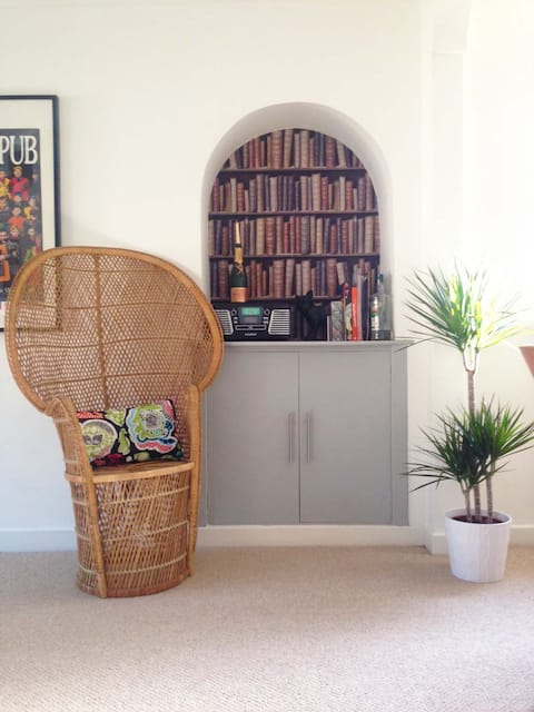 The alcove is our favourite feature in the livingroom - that's where we keep our record player with massive stacks of records and books underneath which you are welcome to enjoy during your stay.