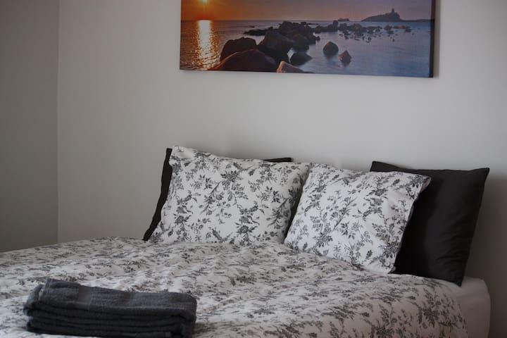 Melas 9 Guesthouse #2 - Reykjanesbær - Bed & Breakfast