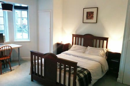 Lovely double room in Russel Square