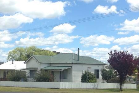 Artist's two bedroom cottage. - Glen Innes