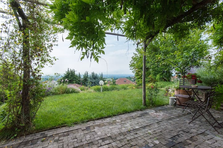Lovely open space (loft) with view - Pino Torinese - Huis