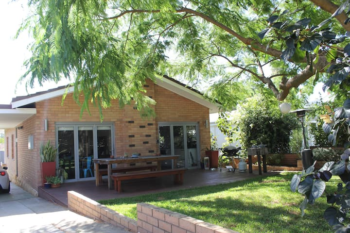 Family Home very close to Fremantle - White Gum Valley - House