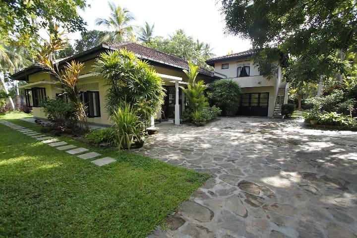 Staffed 5 bed villa with A/C Pool, BBQ, Yoga Shala - Unawatuna - Huis